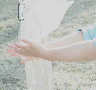 公園の蛇口と洗っている手の写真素材 [FYI03169131]