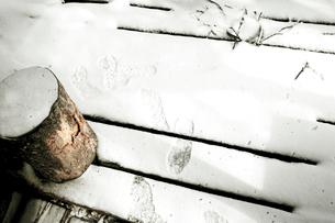 雪の積もったデッキの写真素材 [FYI03169261]