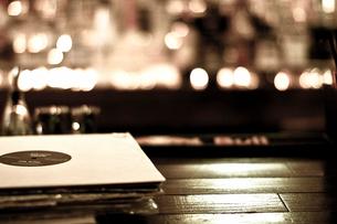 レコードが置かれたバーカウンターの写真素材 [FYI03169441]