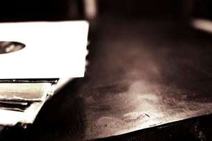 テーブルに置かれたレコードの写真素材 [FYI03169454]