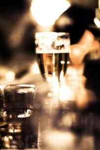 グラスのお酒の写真素材 [FYI03169458]