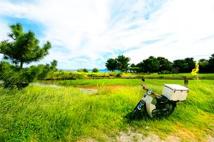 野原におかれたバイクの写真素材 [FYI03169555]