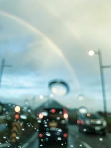 車窓から見える雨粒と虹の写真素材 [FYI03169596]