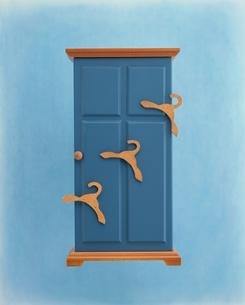 ミニチュアのドアとハンガーの写真素材 [FYI03169616]