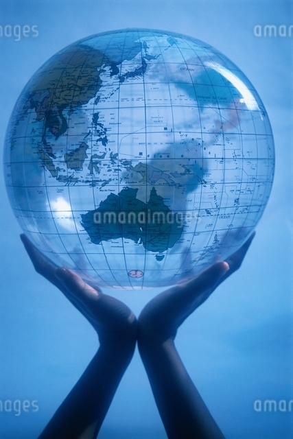 GLOBE HELD BY HANDSの写真素材 [FYI03169760]