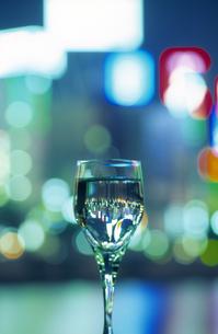 夜景とグラスの写真素材 [FYI03170041]
