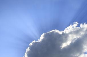 雲と太陽の光の写真素材 [FYI03170239]