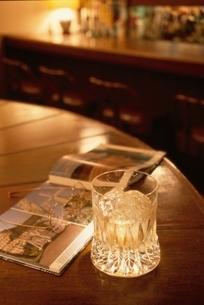 ウィスキーグラスと雑誌の写真素材 [FYI03170276]