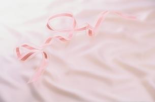 ピンクのリボンの写真素材 [FYI03170307]