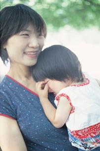 泣く女の子をあやす母の写真素材 [FYI03170344]