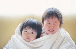バスタオルにくるまり泣く男の子と女の子の写真素材 [FYI03170346]