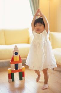 積み木で遊ぶ女の子の写真素材 [FYI03170347]