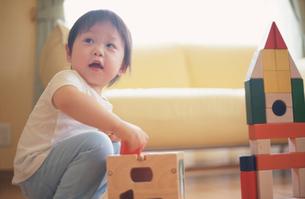 積み木で遊ぶ男の子の写真素材 [FYI03170348]