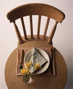 椅子とテーブルの上に花とナフキンの写真素材 [FYI03170350]