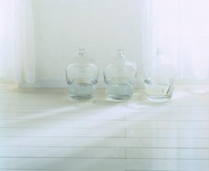 壁際の透明な瓶(白)の写真素材 [FYI03170353]