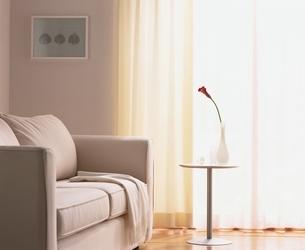 窓辺のソファとサイドテーブルの写真素材 [FYI03170364]
