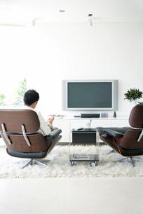 ソファーに座る日本人男性の写真素材 [FYI03170407]