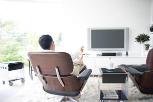 テレビをつける日本人男性の写真素材 [FYI03170409]