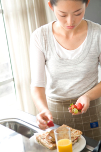 朝食を作る日本人女性の写真素材 [FYI03170457]