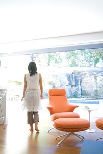 窓の方に歩く日本人女性の写真素材 [FYI03170466]