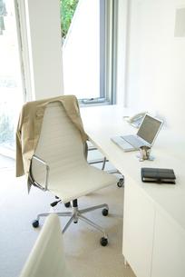 上着がかかった椅子とテーブルの写真素材 [FYI03170482]
