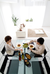 ダイニングルームで食事をする夫婦の写真素材 [FYI03170511]