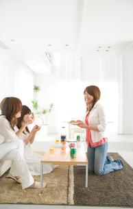リビングで話をする女性3人の写真素材 [FYI03170515]