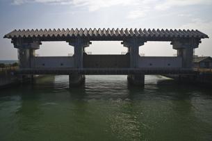 河口の水門の写真素材 [FYI03170697]