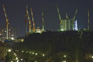 ビル建設クレーンの夜景 多摩ニュータウンの写真素材 [FYI03170792]
