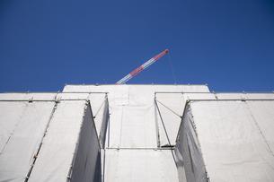 ビル工事のクレーンの写真素材 [FYI03170799]