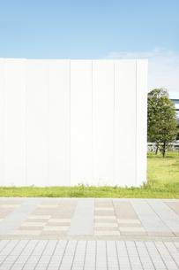 白い工事壁 豊洲駅付近 臨海新都心の写真素材 [FYI03170852]