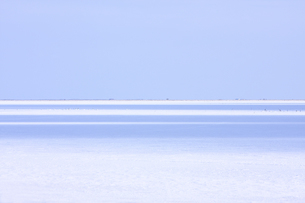 氷結した海を照らす縞模様の日差しの写真素材 [FYI03170873]