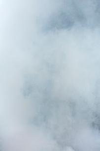 白く煙る焚き火の煙の写真素材 [FYI03171043]