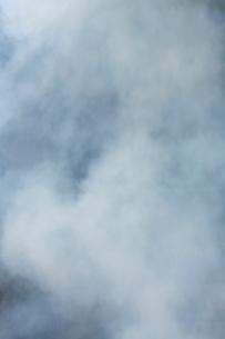 白く煙る焚き火の煙の写真素材 [FYI03171044]