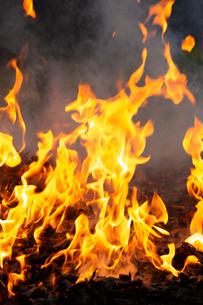 燃え上がる焚き火の炎の写真素材 [FYI03171051]
