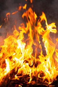 燃え上がる焚き火の炎の写真素材 [FYI03171052]