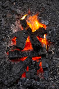 燃え上がる炭と炎の写真素材 [FYI03171068]