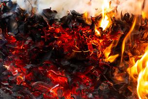燃え上がる焚き火の炎と残り火の写真素材 [FYI03171077]