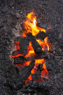 燃え上がる炭と炎の写真素材 [FYI03171079]