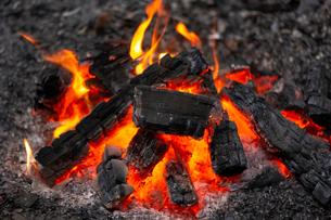 燃え上がる炭と炎の写真素材 [FYI03171081]