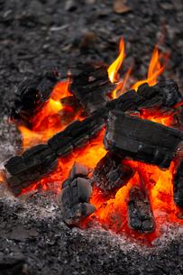 燃え上がる炭と炎の写真素材 [FYI03171082]