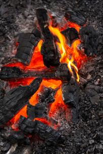 燃え上がる炭と炎の写真素材 [FYI03171083]