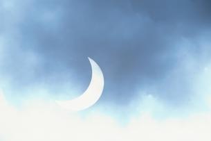 青のグラデーションの夜空と三日月 イギリスの写真素材 [FYI03171125]