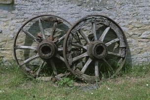 壁に立てかけた車輪の写真素材 [FYI03171170]