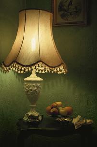 明かりが灯ったライトスタンドと果物の写真素材 [FYI03171176]