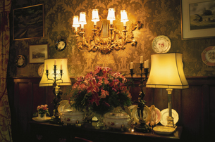明かりが灯った室内の写真素材 [FYI03171179]