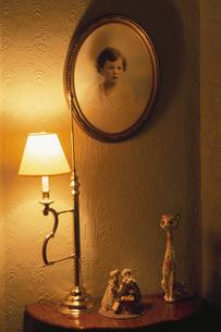 明かりが灯った室内の写真素材 [FYI03171182]