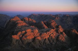 山を照らす夕日の写真素材 [FYI03171185]