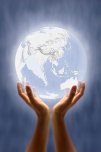 両手で掲げた地球の写真素材 [FYI03171254]