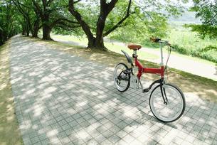 道に止まる自転車の写真素材 [FYI03171292]